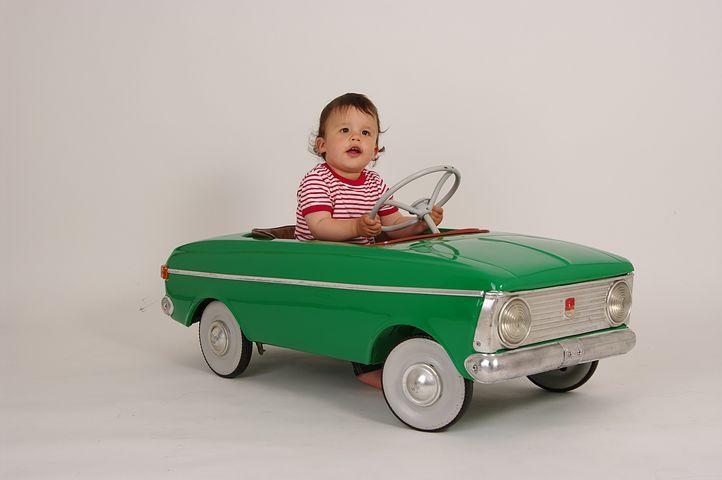 enfant conduisant une voiture