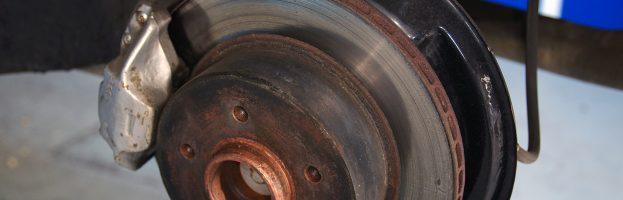 Qu'est-ce qui cause ce bruit strident et qui augmente lorsque je freine ?